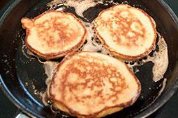 Stek bananpannekakene i smør og litt olje